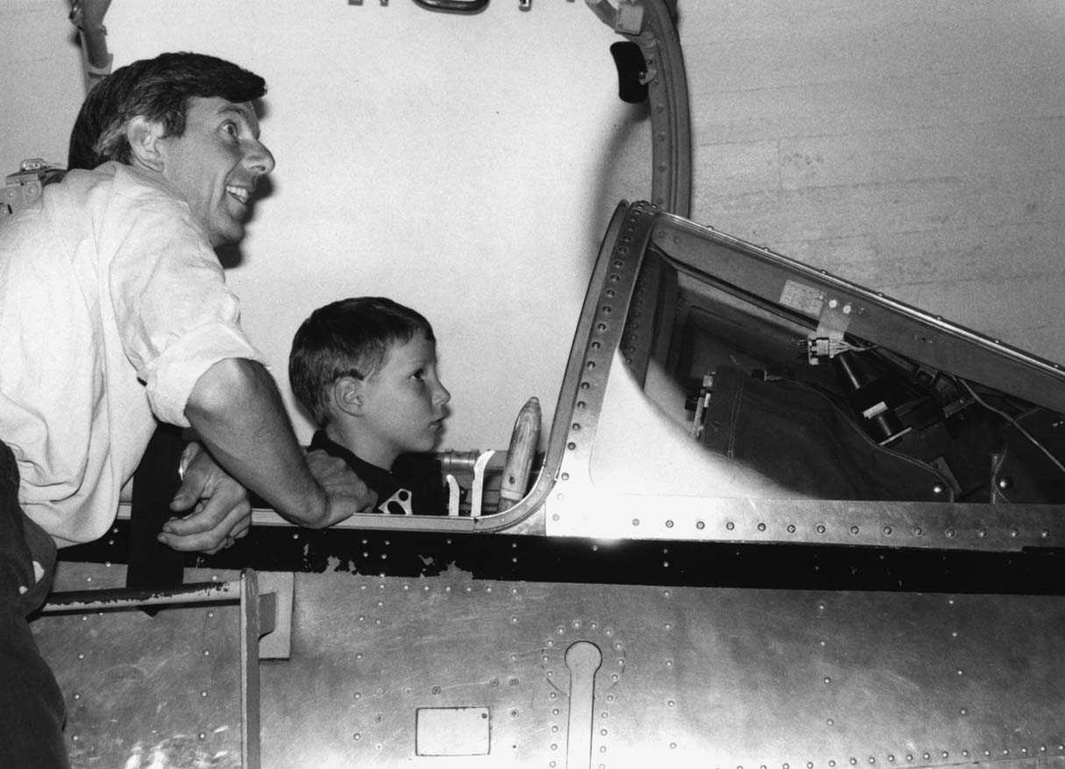 Gruppe   Terje Busterud instruerer Kronprins Haakon Magnus i F-104 simulator.