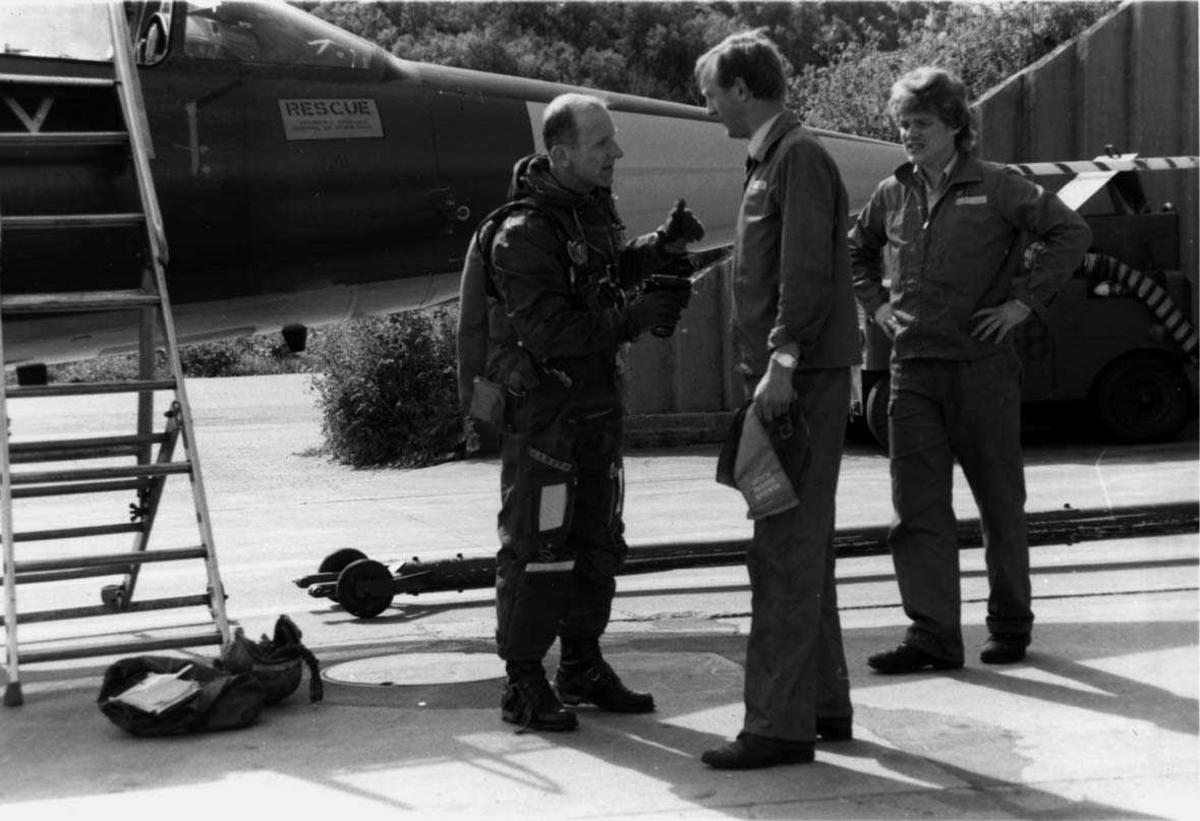 Lufthavn-flyplass    Tre personer ved siden av et fly CF-104, en flyger Aamoth og to teknikere.