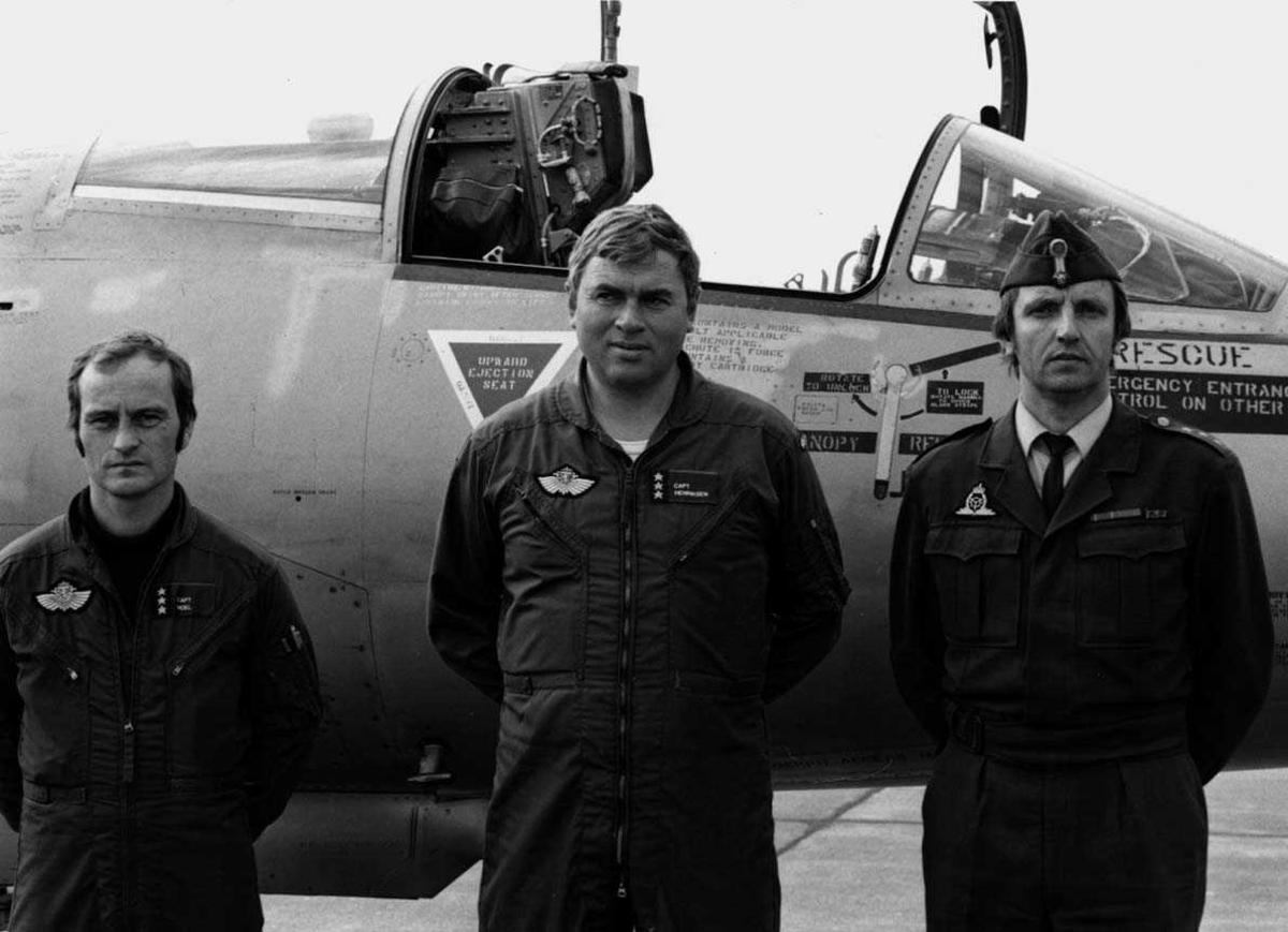 Gruppe.  Tre personer ved siden av et fly  F-104G, to flygere og en tekniker.