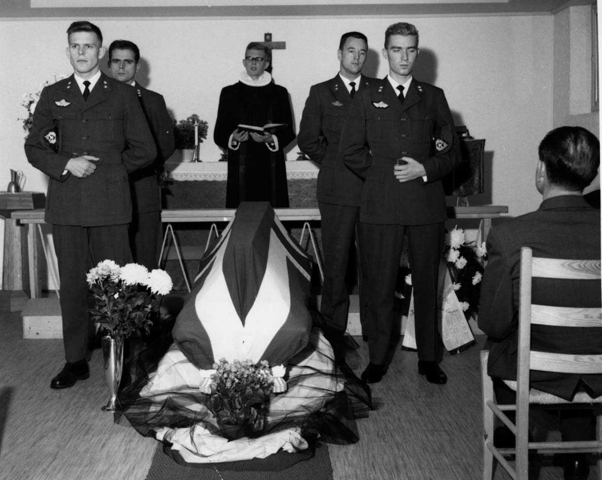 Gruppe.  Bisettelse i kapellet Fenr A. Jacobsen.