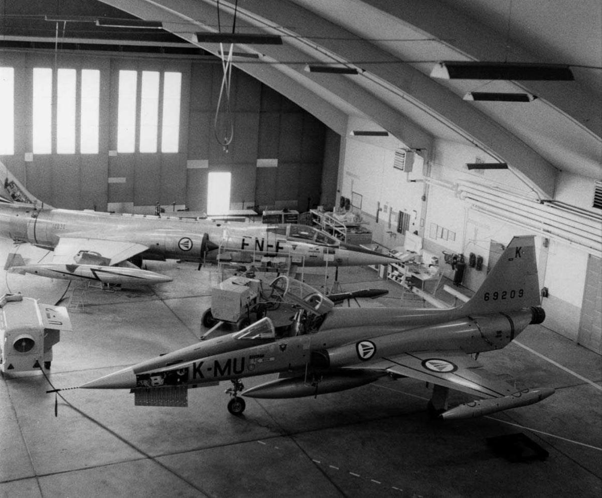 Lufthavn-flyplass.   Ettersyn av F-104G og F-5 i hangar A i Bodø