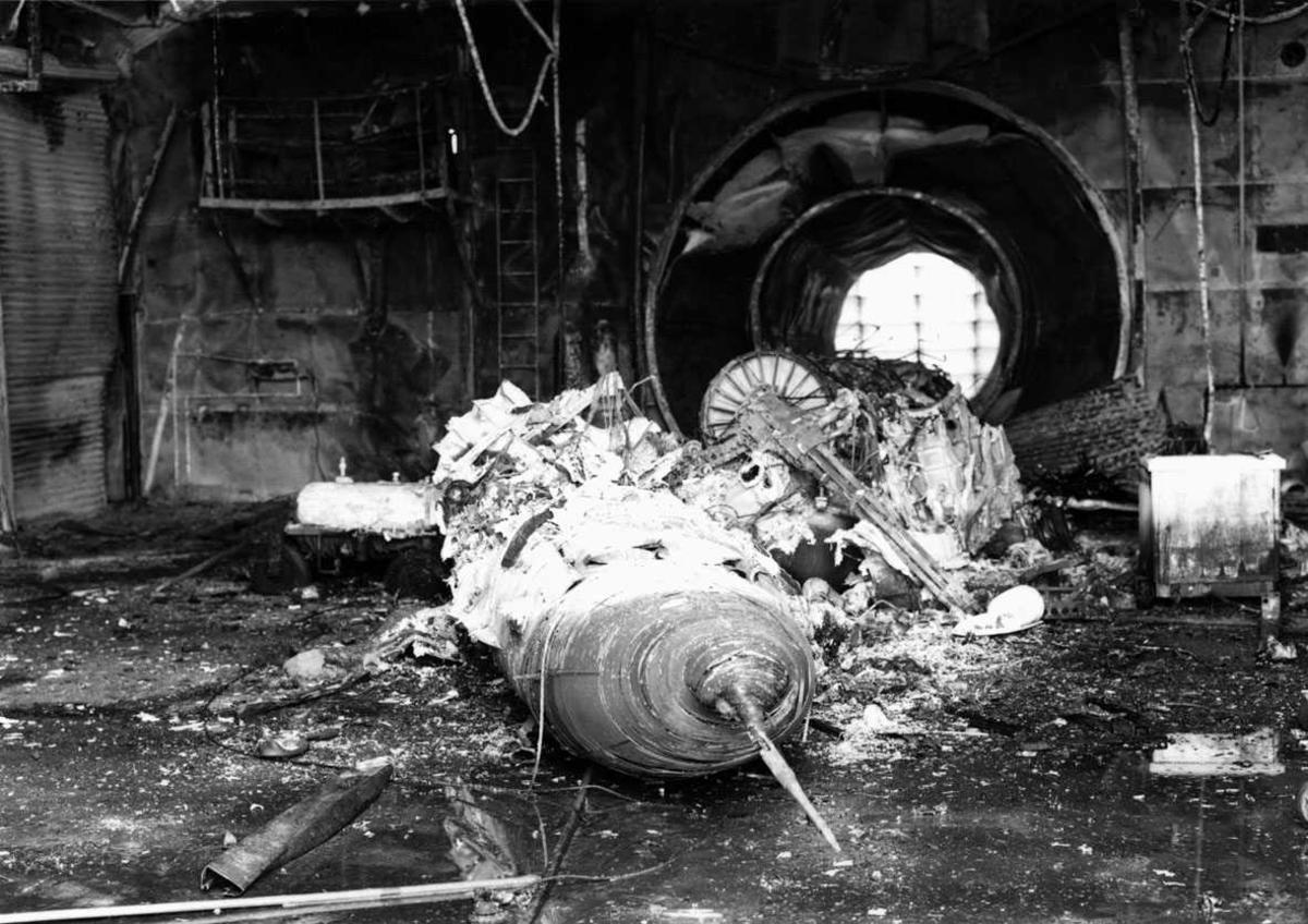 Lufthavn-flyplass.  Rester av en F-16 etter brann i motorprøvehuset.