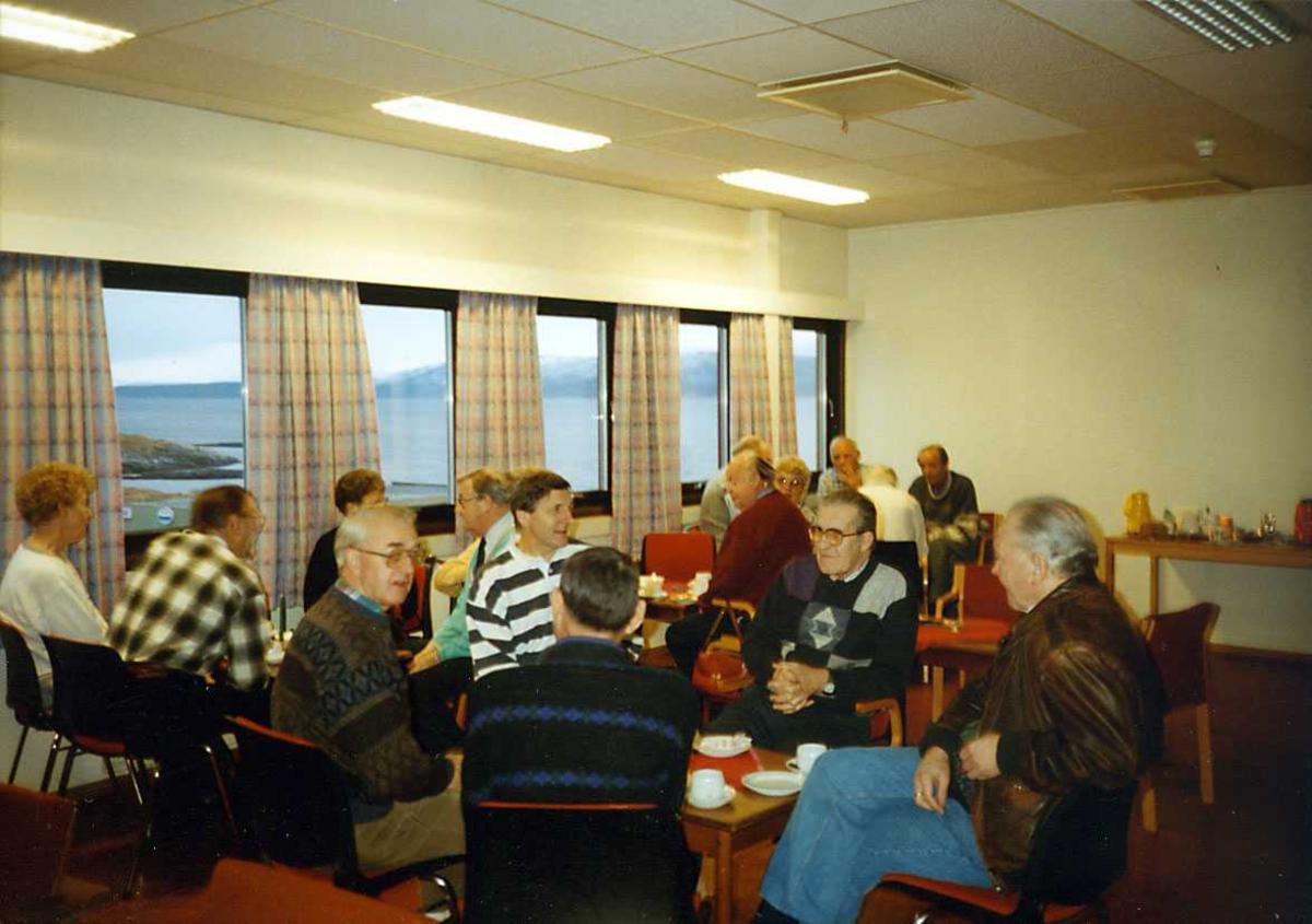Gruppe. Flere personer samlet i et lokale.