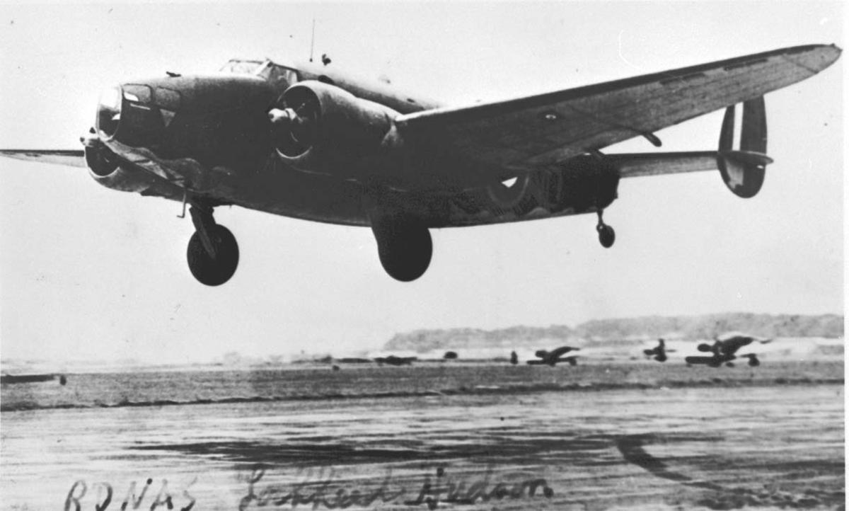 Lufthavn. 1 fly like over bakken Lockheed A-29 Hudson fra RDNAF. Andre fly på bakken i bakgrunnen.