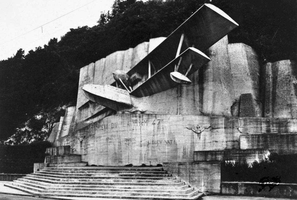 """Skulptur. ett fly, Latham 47 innstøpt i """"mur""""."""