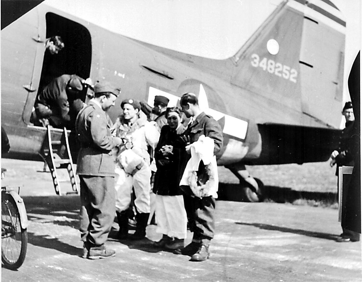 Flere personer, militært og sivilt personell, ved 1 fly, Douglas DC-3/ C-47 Dacota fra USAF.