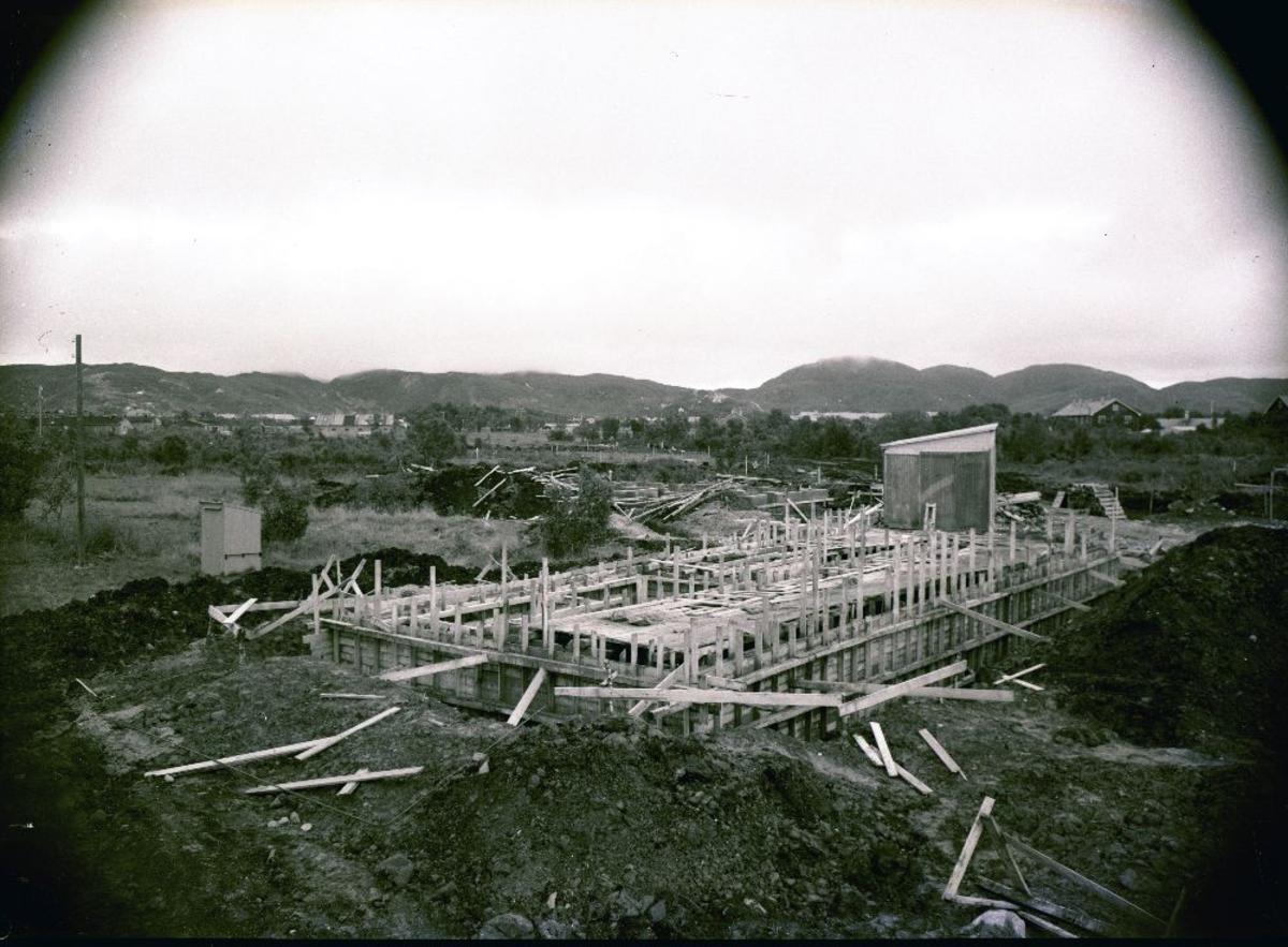 Anleggsarbeid. Bygning (militær) under oppføring