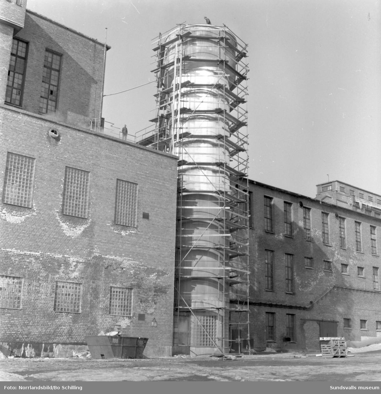Byggnadsställningar på ett torn vid Svartviksfabriken.