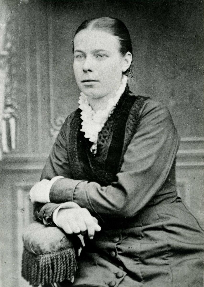 Portrett - Handlende Onanda Pedersen, datter av fyrvokter Pedersen.