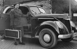 Barnmorska bredvid en bil, Matford V8 F92A 1939.