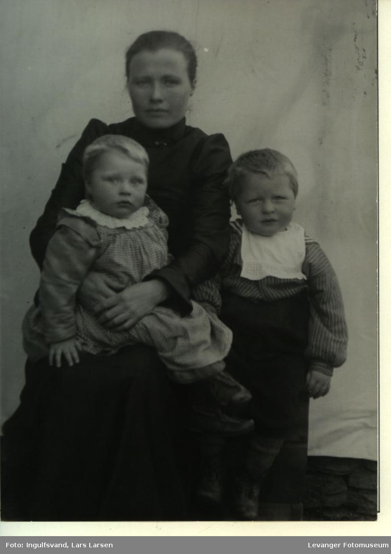 Gruppebilde av ei kvinne og to barn.