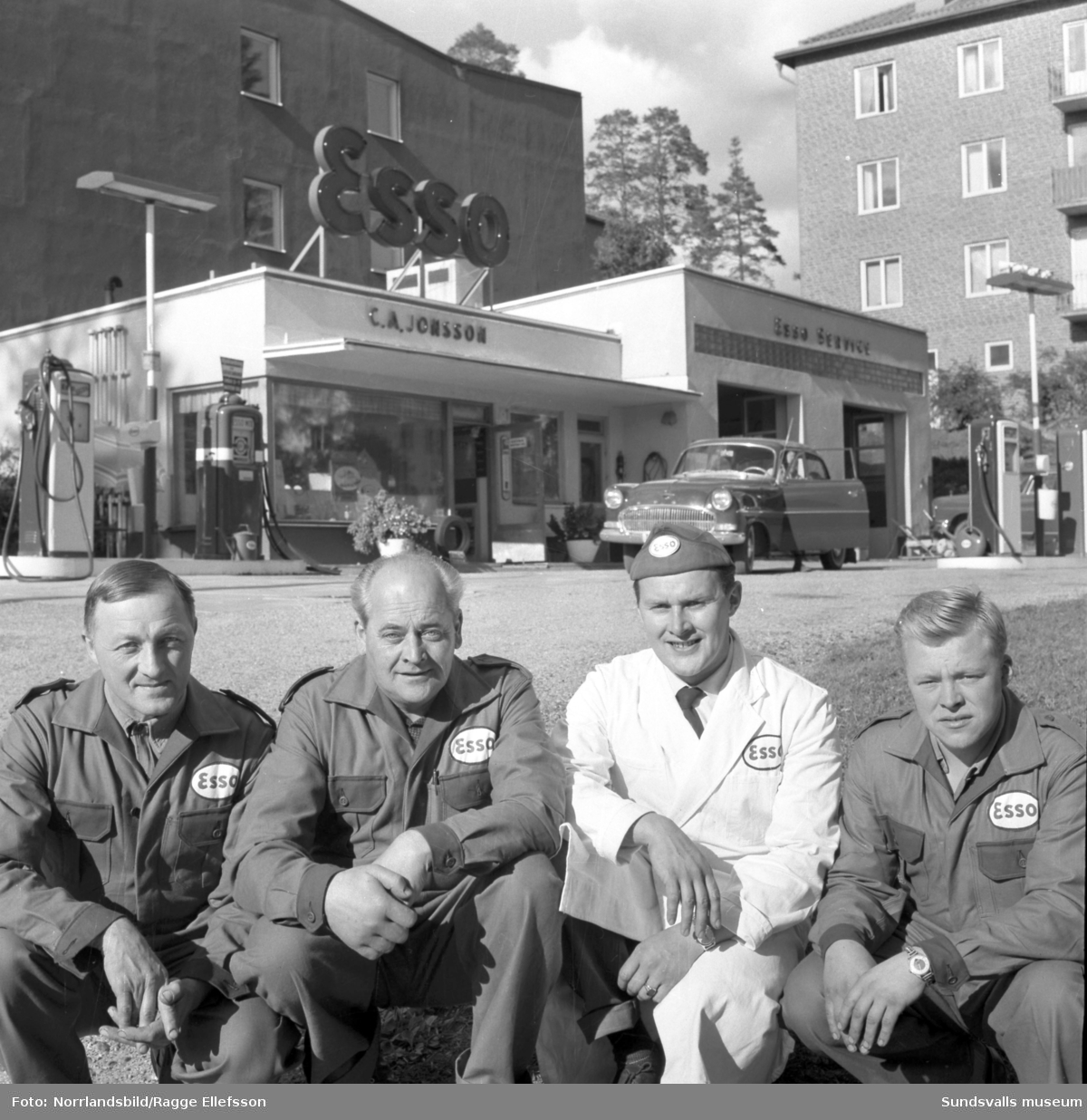 Carl Axel Jonsson med personal vid Esso Norrliden.
