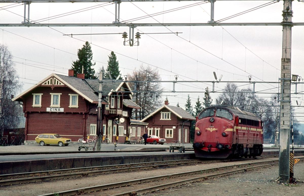 Løslok fra Oslo Ø, NSB dieselelektrisk lokomotiv Di 3 630, har ankommet Eina. Lokomotivet skal overta tog 281 (Oslo Ø - Fagernes), og være toglok på Valdresbanen i en uke. Hver søndag ble Valdresbanens lokomotiv byttet til/fra Trondheim, som var vedlikeholdsbasen for disse diesellokomotivene.