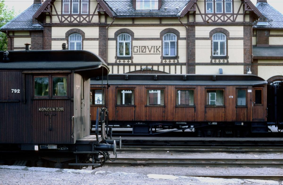 Gjøvik stasjon. NSB personvogner med teakkledning, BF nr. 792 og B 30 172.