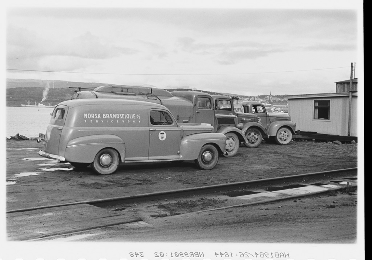 Holmlund, Norsk Brændselolje A/S, bilparken med 3 tankbiler og en varebil.