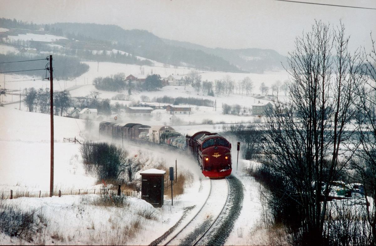 Godstog 5793, Trondheim - Bodø, ved Være med NSB dieselelektrisk lokomotiv Di 3 607.