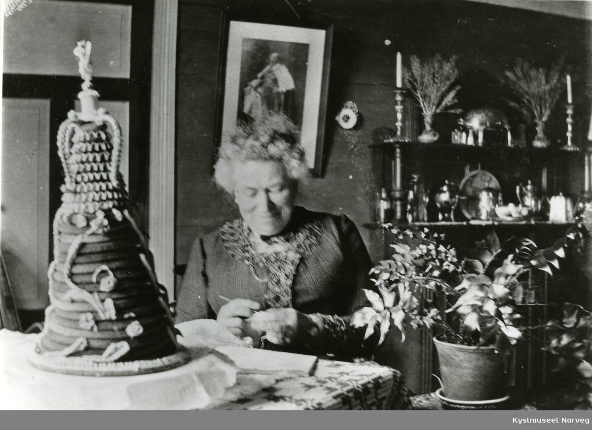 Sarah Armistead i stua på Skotheim