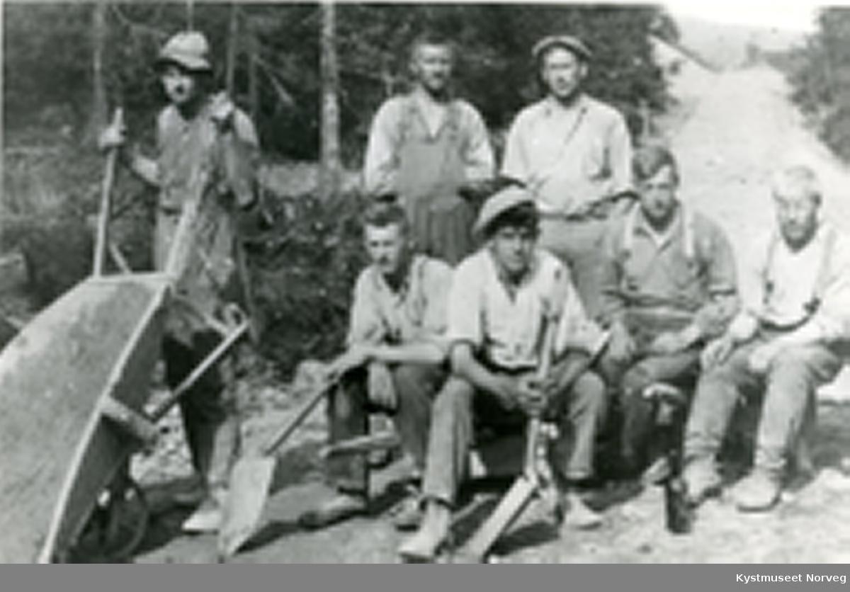 Veiarbeid i Grong, nr 2 fra høyre er Rikard Nygård, ellers ukjente