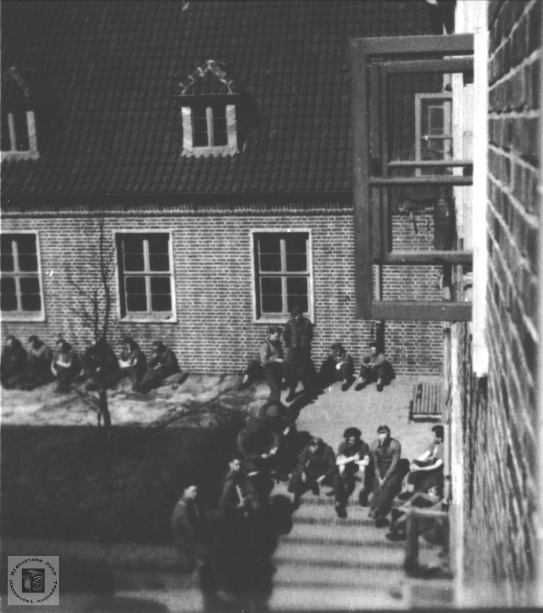 Hvil og røyk utenfor kasernan 1949, Tysklandsbrigaden.
