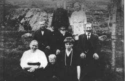 Familiebilde med et par gjester på Ugland.
