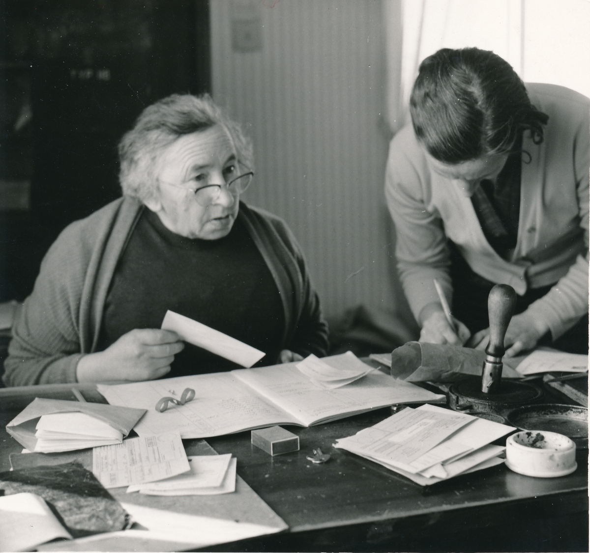 Öravan poststation 1963. Den 1 oktober 1925 togs poststationen i bruk och sedan dess har fröken Hildur Johansson varit föreståndare. När hon slutade 1963 höll hennes postkunder i den lilla norrlandsbyn en hyllningsfest för henne.