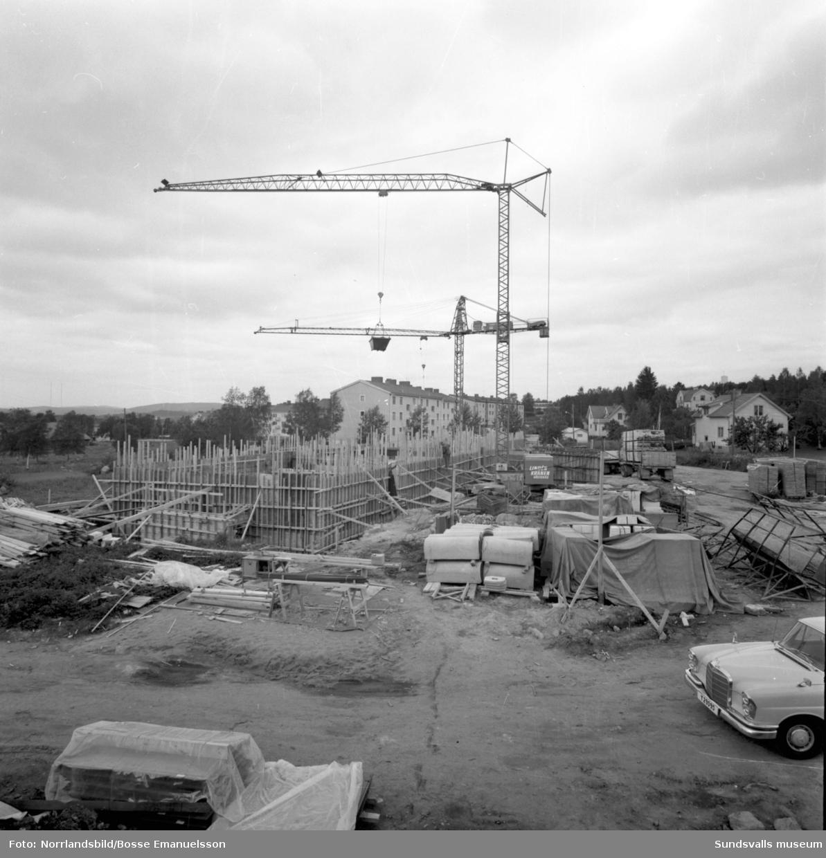Byggfirman Evert Granström bygger flerfamiljshus på Alnö, vid Färjevägen nedanför Räbbmogatan.