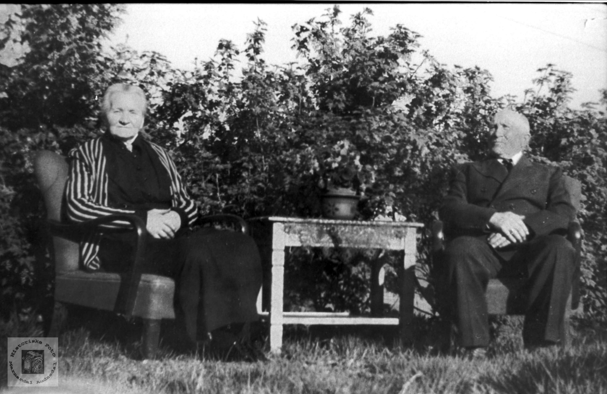 Ektepar i hagen. Anna og Torje Rosseland.