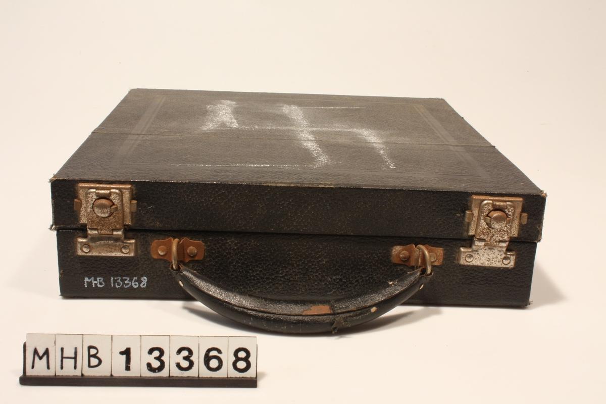 Koffert med to metallåser og bærehank.