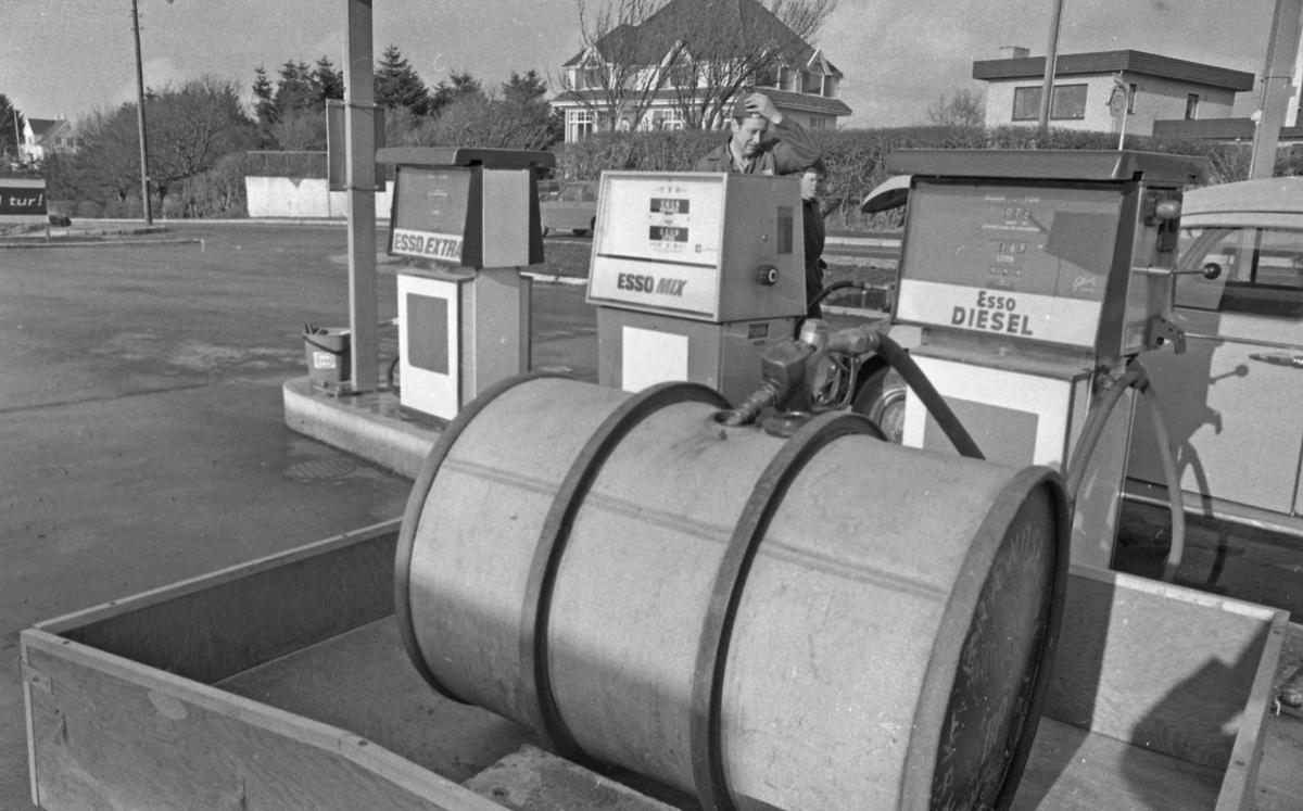 """""""HD bak Kulissene"""". Bensinstasjon - Hovda. 15/9-1972"""