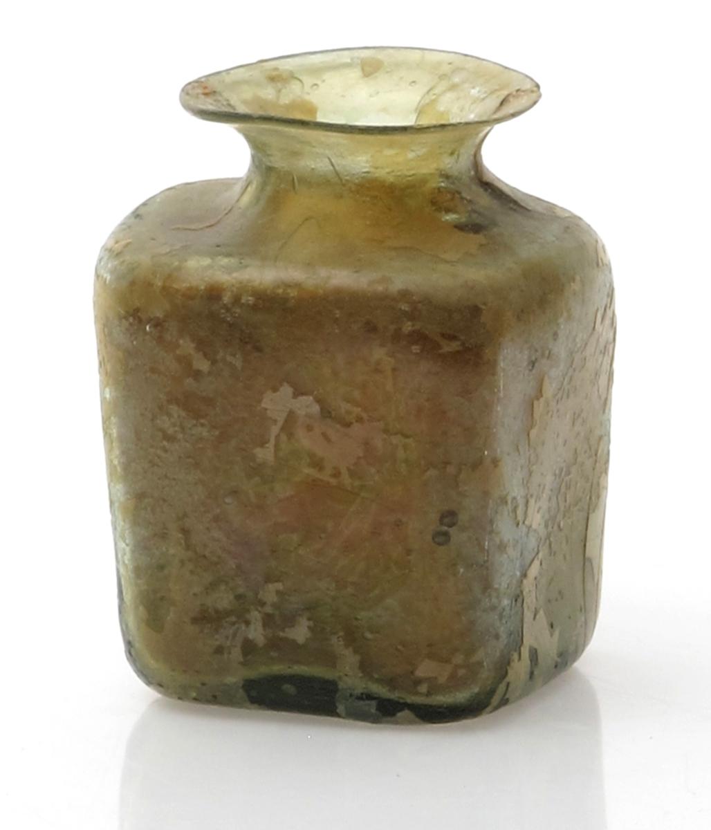 Flate skuldre. rund munning med utbrettet brem.  Lys grønt glass, ytre  lag matt og lyst, ser ut til å skalle av.