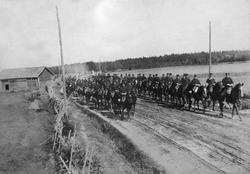 Vetlanda skvadron i höjd med Ekebäcksvägen. cirka år 1900.