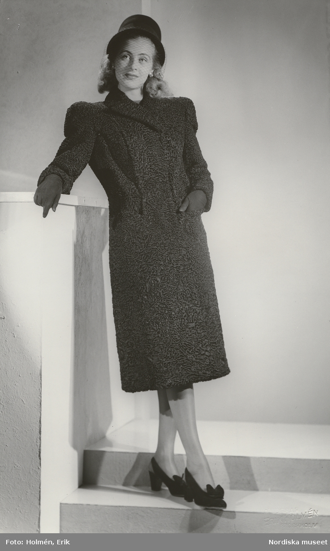 Nordiska Kompaniet. Kvinna i mörk päls (persian ) och svart hatt med flor 2363a705fe83d