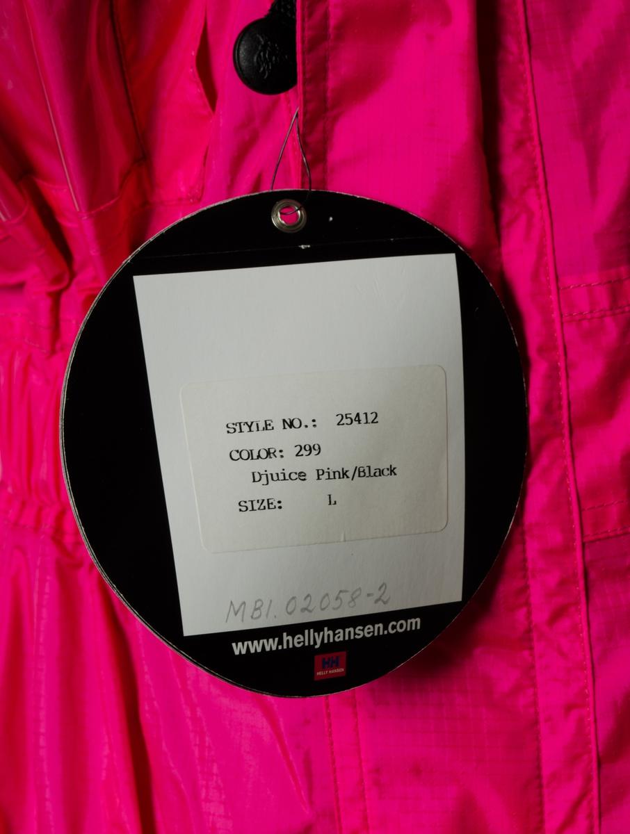 Seilerbuksen er produsert  Helly Tech Ripstop. Forsterkninger i Oxford nylon. Halvben er i Helly Tech og Derby nylon. PVC skum med lukkede celler i knær. Skjult elastikk i livet bak. Foret er av Nylon Tafeta og Mesh. Plastrefleks på benklaff. Vevd refleks på side.       Utvendig påsydd nylon logo etikett: Djuice.com, SAS, Nera, Nutri Pharma, NOR2 ( TV2) og W&W. På lomme: Trykt logo: Djuice Dragons HH helly Hansen.  Bak er det trykket logo: Djuice. com og en drage.  Etikett i nakke innvendig HH Helly Hansen art. 25412 Størrelse L og en vaskeetikett.   Design: Erik Joneid.