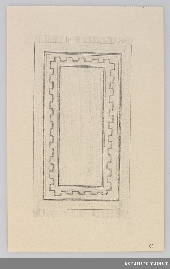 Flossamatta av ull med varp av blekt lin i gröna, grå, röda och brungrå melerade färger. Geometriskt mönster bestående av en 8 cm bred grön bård med yttre brun-gråmelerad rand 2,5 cm. Spegel i ljusgrått med  en trappliknande geometrisk form uppbyggd av kvadrater av brungrå melerade linjer innehållande stiliserad blomma i grönt och rött. Mönstret är placerat på kortsidans ena halva och diagonalt på andra kortsidans motsvarande halva.  Kort numera nedsliten frans samt stadkant med flera hål. Bruna fläckar av lim eller liknande.