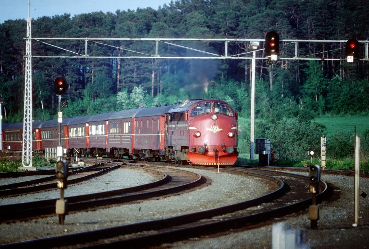 Dagtoget Bodø - Trondheim, tog 452, kjører inn på Leangen stasjon. Toget trekkes av NSB dieselelektrisk lokomotiv Di 3 622, og fører 1. og 2. klasse samt restaurantvogn.
