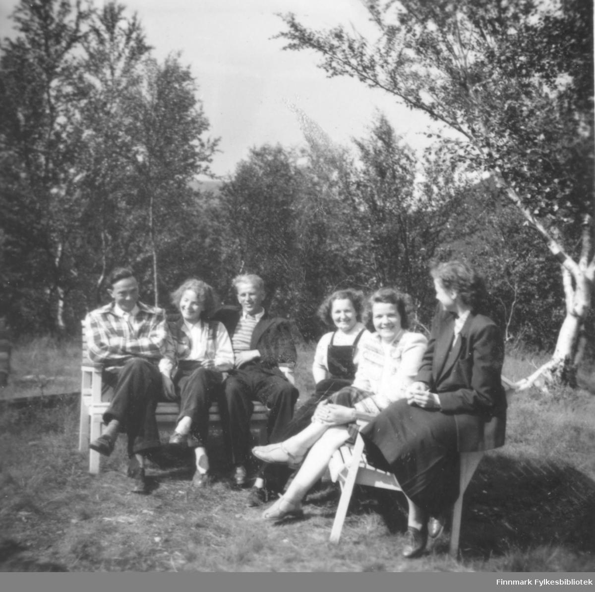 Gruppebilde fotografert utendørs, ca. 1953-1954. Fra venstre: Kåre Pedersen, Elna Johnsen, Alf Tuomainen, Lisbeth Pedersen, Ragnhild Ebeltoft og Magnhild Niska