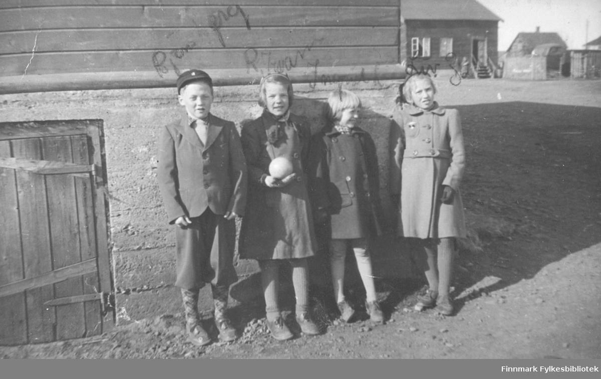 Gruppebilde tatt i Vadsø ca. 1940-1942. Fra venstre: Bjørn Berg, Ragnhild Kvam, Ingrid Leiknes, Liv Zahl