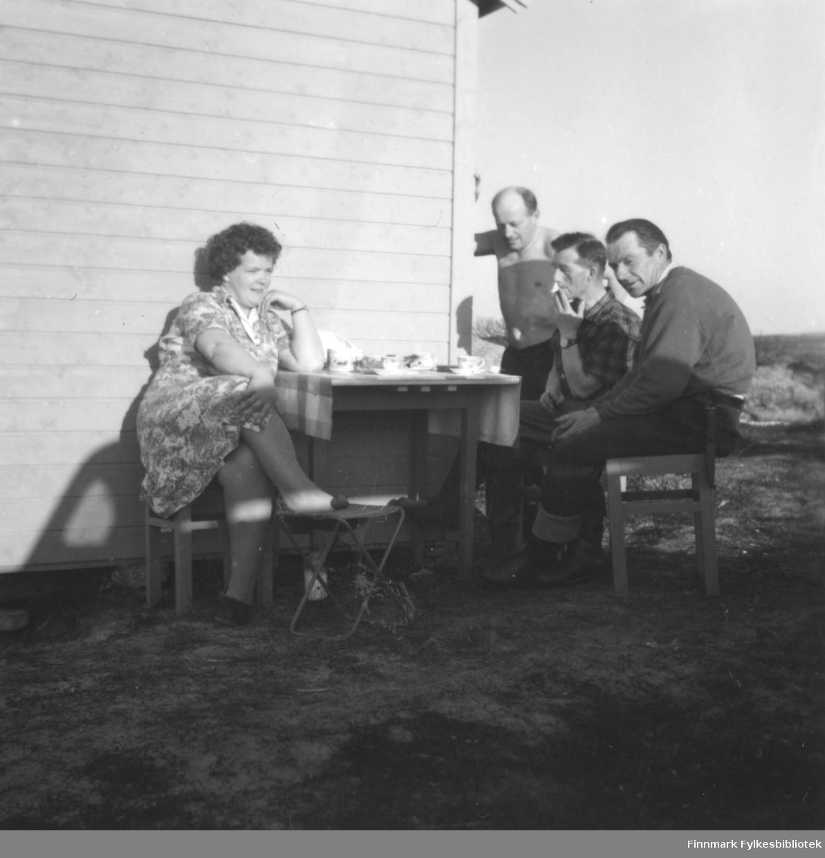 Utenfor familien Ebeltofts hytte i Skallelv, ca. 1962-1963. Fra venstre: Ragnhild Ebeltoft, Fritz Ebeltoft, Leif Haldorsen, Leif Vara