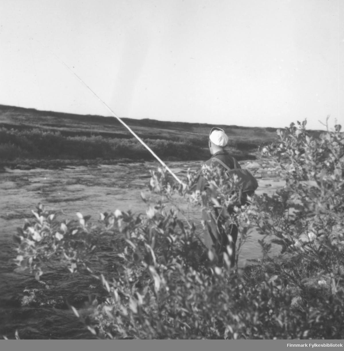 Fritz Ebeltoft fisker laks i Ridelva i Skallelv, ca. 1962-1963