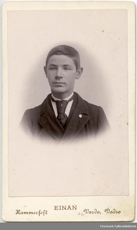 Visitkort. Halvkropsportrett fra en ung mann, Harald Berg.