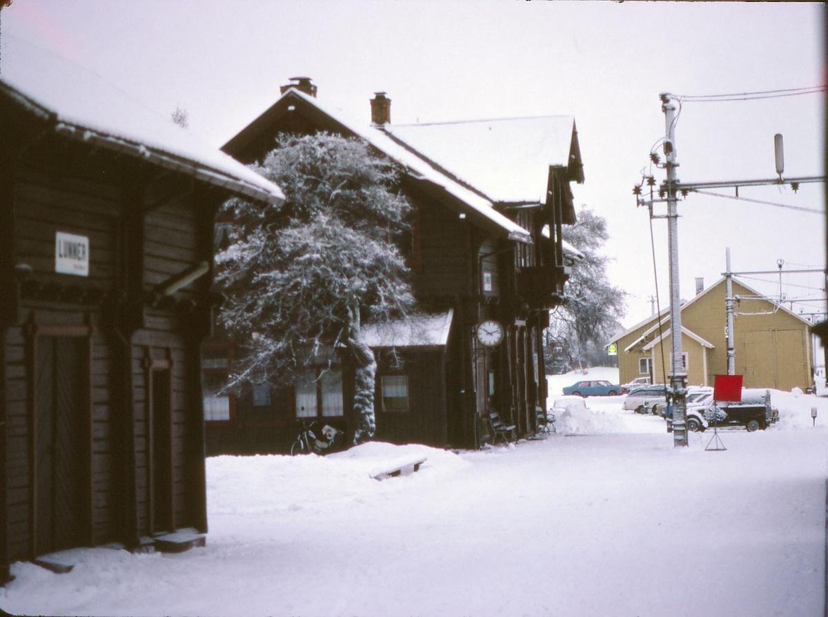 Tog 281, Oslo - Fagernes, har fått stoppsignal på Lunner stasjon.