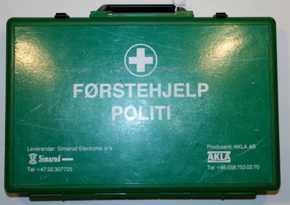 Lufttett og vannsikker koffert med håndtak.  Hvit tekst utvendig på lokket.  Inneholder diverse førsthjelpssutstyr.  Komplett oversikt på lokkets innside.