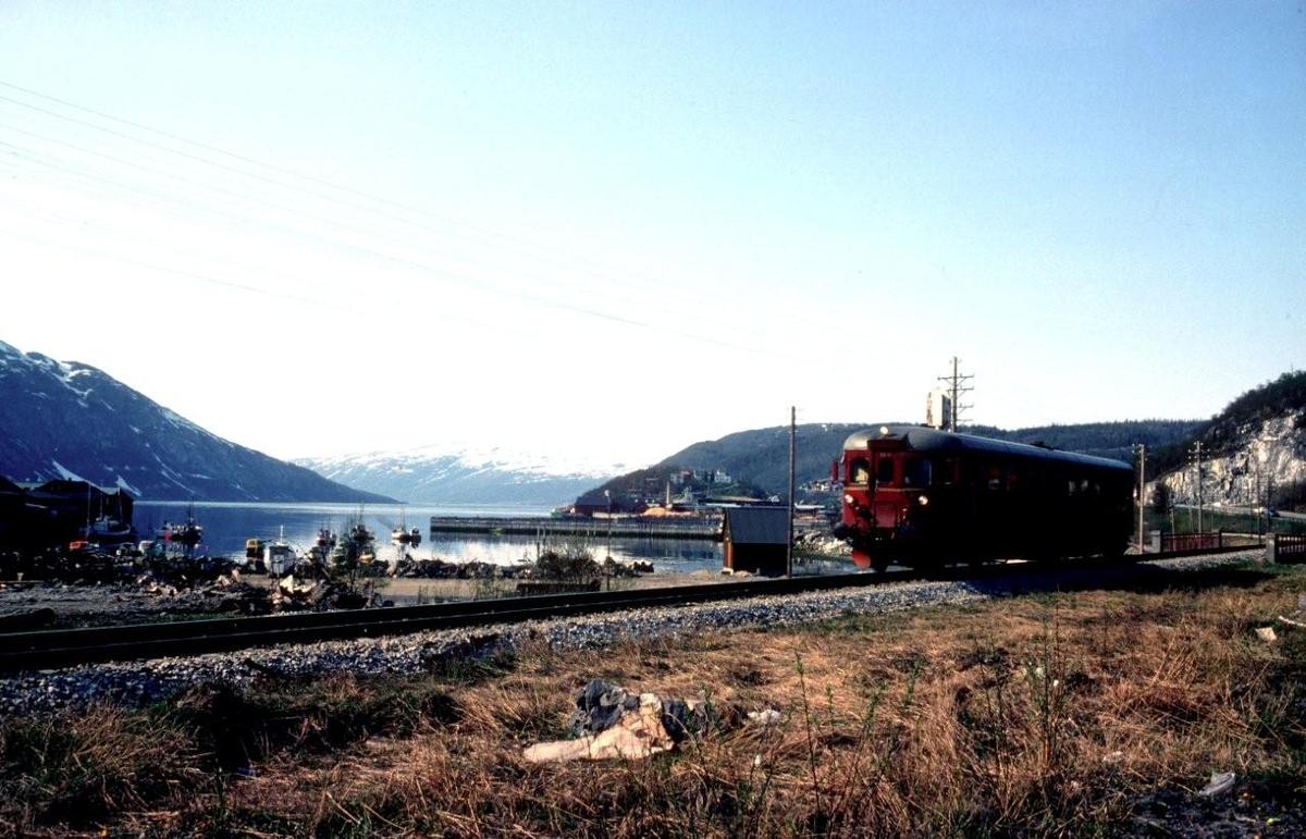 Majavass-vogna, tog 476 Mo i Rana - Majavatn,  kjører inn mot Mosjøen stasjon med motorvogn type 86.