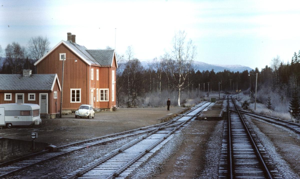 "Togekspeditøren på Valøy stasjon viser signal ""Passer"", grønt flagg til tog 451, dagtoget til Bodø."