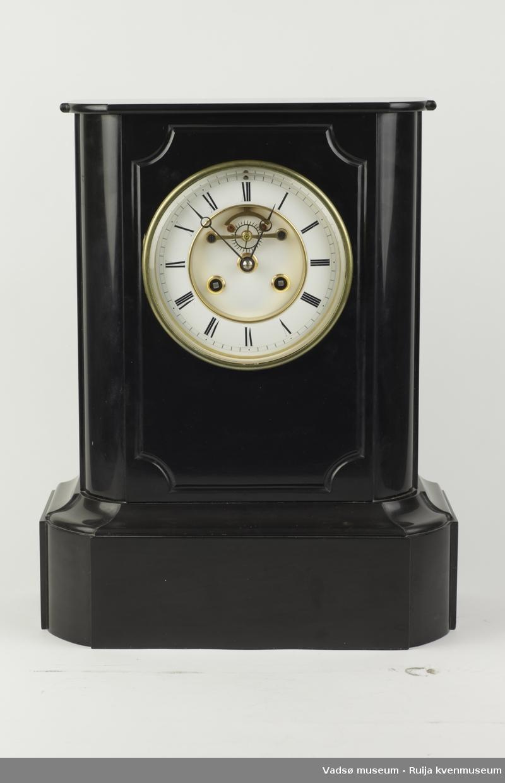 Pendelur fra sent 1800-tall av merket Japy Freres. Svart skifer utførelse. Hvit emaljert urskive med romerske nummer og synlig ankergangsmekanikk. Uret er utstyrt med messingklokke som slår timene og signaliserer halvtimer.