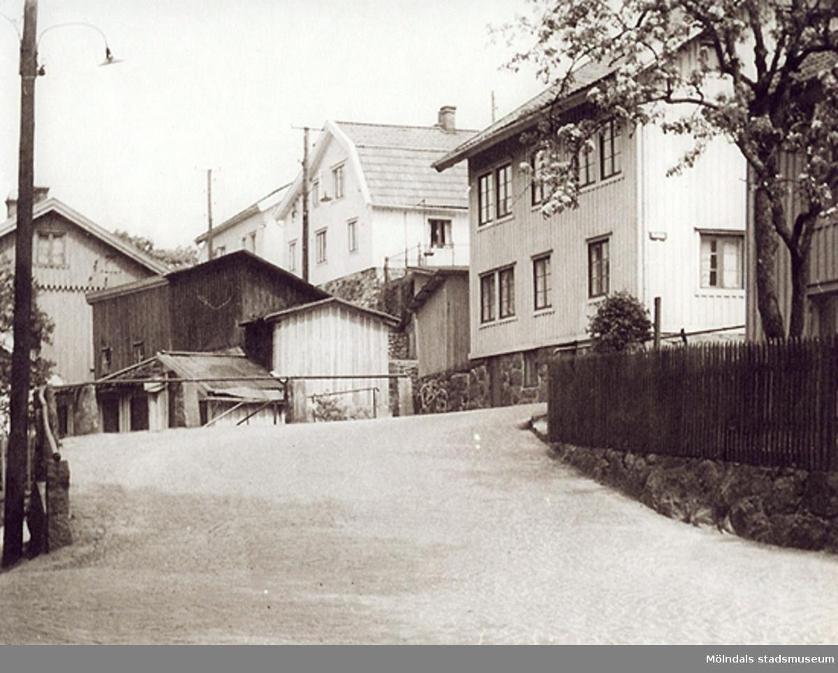 Karl Magnus Andersson byggde huset Roten M 18, år 1879. Nuvarande adress: Stockliden 1. Huset var en f.d. polisstation i Karl Johans församling i Göteborg. Det revs och fraktades på pråmar till Mölndalsbro som sedan byggdes upp igen i Kvarnbyn av Karl Magnus.