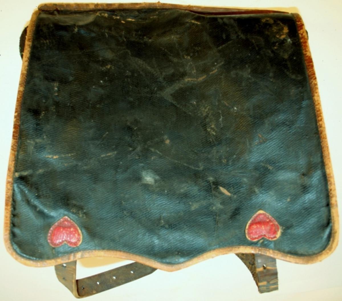 Skinnveske med ekstra lomme på forsiden, og påsydde hjerter på lokket.