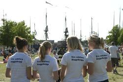 Tre seklers flaggskepp, maj 2008. Flygbladsutdelarna.