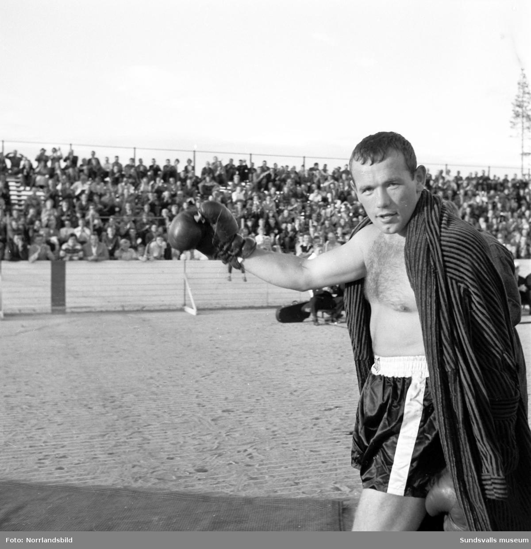 Nyblivna boxningsvärldsmästaren i tungvikt, Ingemar Johansson,  var huvudattraktion vid en boxningsgala på Timrå idrottsplats. Johansson hälsades välkommen av disponent Orvar Rydin och det bjöds bland annat på en uppvisningsmatch mellan