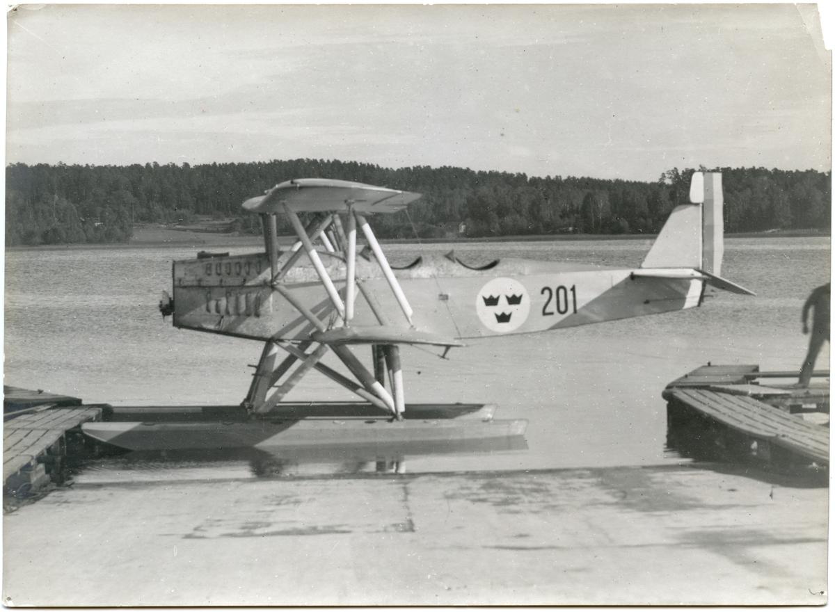 Övrigt: Heinkel HD 24 med reg nr 201 var den första av åtta maskiner av denna typ Flygvapnet tillfördes under åren 1927-1928. Den var tillsammans med 202 tillverkad av Heinkel i Warnemünde, medan maskinerna 203-208 byggdes i Sverige av Heinkels dotterbolag Svenska Aero AB. Spännvidd 14,20 m, längd 9,69 m (med flottörer). Flygplan 201 hade ursprungligen en 180 hkr Mercedes-motor, men då denna ersattes med en 240 hkr Armstrong Siddely Puma ändrades Flygvapnets beteckning Sk 4 till Sk 4B. Flygplanet var under hela sin tjänstetid stationerat på F 2 i Hägernäs; av baksidesanteckning på Fo220024 är dock bilden tagen på Märsgarn i Stockholms södra skärgård. Maskinen avskrevs tillsammans med de flesta planen av denna typ i februari 1937. Flygplan nr 202 användes dock ända till september 1939. Denna bild är gjord från samma neg som Fo22024 men snävare beskuren.